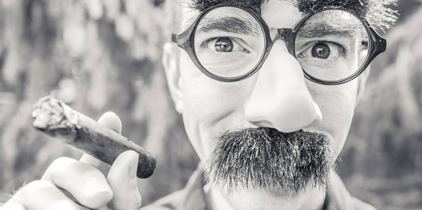 Explicamos los beneficios del sentido del humor en el trabajo.